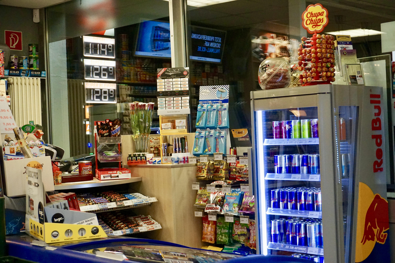 Red Bull Kühlschrank Tankstelle : Fensterseite im shop tankstelle kern